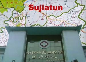 Intrarea din fata a Lagarului de Concentrare din Sujiatun si o harta a regiunii.