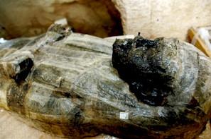 Luxor, EGIPT, 28 June 2006: Sarcofag faraonic din lemn, descoperit recent intr-un mormantul, din Valea Regilor. Mormantul care continea 5 sarcofage din lemn cu masti funerare colorate este primul dezgropat in Valea Regilor, de la descoperirea mormantului lui Tutankamon, in 1922.