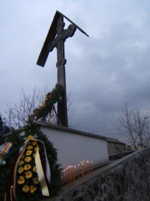 Coroane de flori depuse la monumentul inchinat eroilor care s-au jertfit pentru libertate din Brasov, 15 noiembrie 2006, la comemorarea a 19 ani de la revolta anticomunista de la Brasov din 1987.