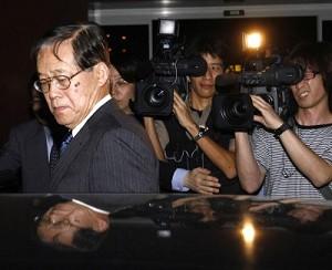 Negociatorul japonez sef in discutiile de normalizare a relatiilor dintre Japonia si Coreea de Nord, Koichi Haraguchi (stanga), intra intr-o limuzina la sosirea sa la Aeroportul International Noi Bai din Hanoi, Vietnam, 5 martie 2007.