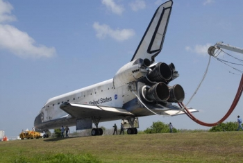 Naveta spatiala Discovery, trasa spre hangare la 14 iunie 2008 dupa cea de-a 14-cea zi a misiunii sale
