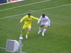 Dorel Zaharia de la FC Brasov (S), in duel cu Cosmin Frasinescu de la Gloria Bistrita (D), in meciul dintre cele doua echipe de pe stadionul Silviu Ploiesteanu din Brasov. Foto: Sorin Tirca.