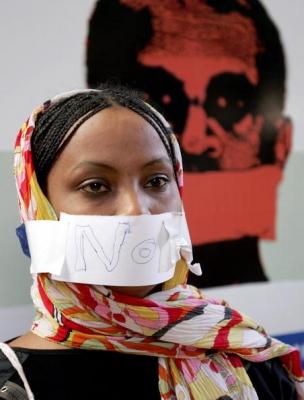 "O jurnalista sudaneza si-a acoperit gura cu o hartie pe care este scris ""NU"", in timpul unei greve a foamei tinuta in masa de catre jurnalistii sudanezi, in capitala Khartoum, 4 noiembrie 2008, ca protest fata de cenzura draconica aplicata presei de catre guvernul sudanez."