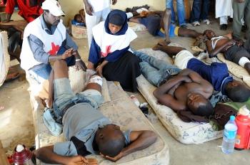 Membrii ai Crucii Rosii din Nigeria acorda primul ajutor victimelor ranite in orasul Jos, statul Plateau, 30 noiembrie, 2008.