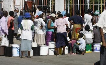 Femei si copii stau la coada la apa la o uzina din capitala Zimbabwe, Harare, 1 decembrie, 2008. Toata capitala a fost fara apa timp de doua zile expunand locuitorii imbolnavirii. Cel putin 400 de persoane au murit de holera in toata tara de la prima izbucnire de aproximativ doua luni. Situatia s-a inrautatit datorita inchiderii majoritatii spitalelor din lipsa de personal si medicamente.