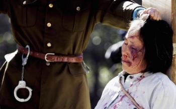 SYDNEY: O punere in scena a torturilor indurate de practicantii Falun Gong in puscariile regimului comunist chinez. Demonstratia este organizata de practicantii Falun Gong din Australia pentru a comemora sase ani de la inceperea persecutiei in China, la 20 iulie 1999. De atunci mii de persoane au fost omorite prin tortura de catre regimul comunist chinez pentru credinta lor.
