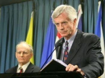 """Fostul secretar de stat canadian pentru Asia-Pacific, David Kilgour (dr), si David Matas, avocat in materia drepturilor omului - autorii cartii """"Recoltarea Sangeroasa"""""""