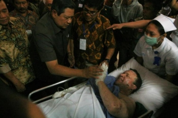 Presedintele indonesian, Susilo Bambang Yudhoyono, intalneste una dintre victime, dupa explozia unei bombe la hotelul Ritz-Carlton, 17 iulie 2009 in Jakarta, Indonesia.