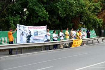 Practicanti Falun Gong Romania protestand la Ambasada Chinei din Bucuresti.
