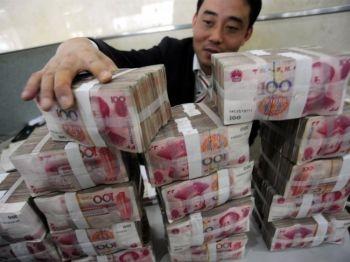 Un angajat aranjeaza teancuri de bancnote de 100 de yuani la o banca din Hefei, provincia chineza estica Anhui, 17 noiembrie 2009.