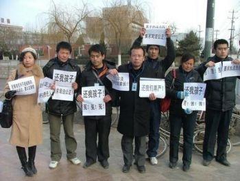 Parintii unor victime ale laptelui otravit cu melamina s-au intalnit pentru a proteja drepturile copiilor chinezi.