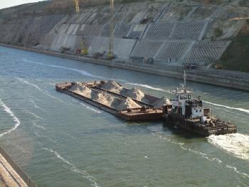 Barja traversand Canalul Dunăre-Marea Neagră.