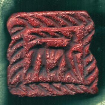 Piatra rosie din care este sculptat un sigiliu reprezentind un cerb, aprox 5 cm pe 6 cm. Piatra este rara in zona, iar sigiliul este similar cu unul gasit la Mosul, in nordul Irak-ului, oras aflat la 300 de km departare