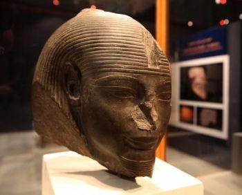 Cap al regelui Amenhotep III, perioada Noului Regat egiptean, dinastia a 18-a, expusa la Muzeul din Cairo.