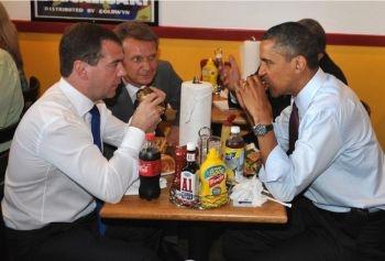 Fast food si spioni: Presedintele american Barack Obama si omologul sau rus mananca hamburgheri in timpul pranzului la Ray's Hell Burger, 24 iunie 2010 in Arlington, Virginia.