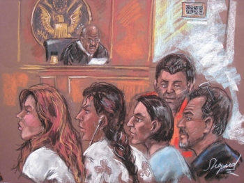 Acest desen din data de 28 iunie prezinta cinci dintre cei 10 spioni rusi intr-un tribunal din New York