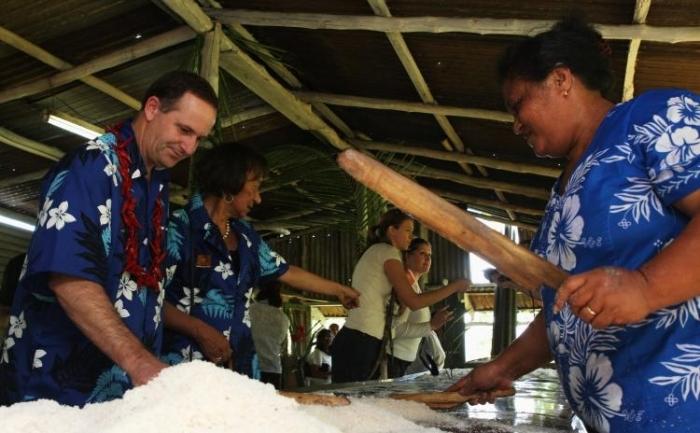 Primul ministru al Noii Zeelande, John Key (S) viziteaza o plantatie de cocotieri in Apia, Samoa