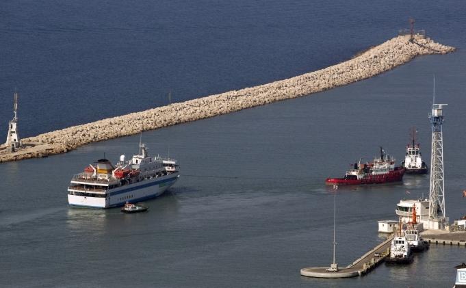 Nava turca Mavi Marmara (S) trasa de un remorcher turc (D) la iesirea din portul israelian Haifa, 5 august 2010 in drum spre Turcia. Un comando israelian a luat nava cu asalt, omorand noua cetateni turci.