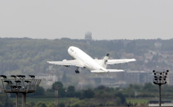 Un avion al companiei aeriene Iran Air decoleaza de pe aeroportul Orly din Paris. Iranul a confirmat faptul ca diferite companii, printre care Royal Dutch Shell, refuza realimentarea pentru avioanele iraniene pe aeroporturile europene.