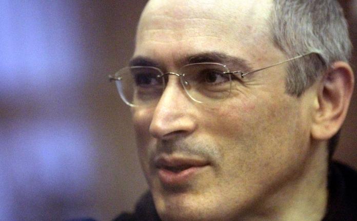 Fostul magnat al companiei Iukos, Mihail Hodorkovski, în boxa acuzaţilor într-un tribunal moscovit.