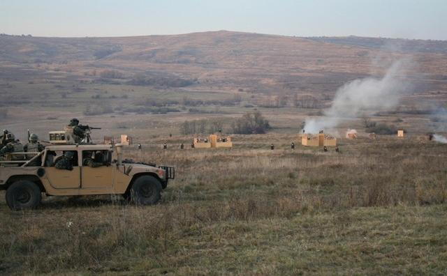 Exerciţiu al militarilor români desfăşurat în Poligonul Cincu.