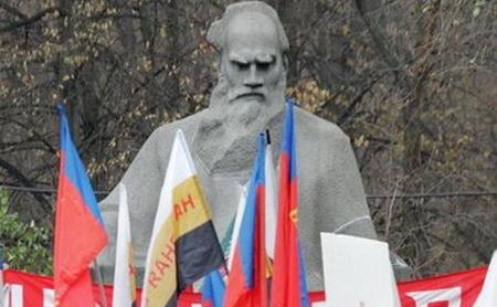 Monumentul scriitorului rus Lev Tolstoi de la Moscova