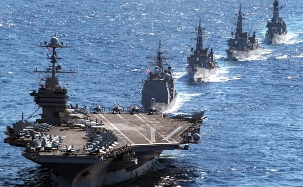 Portavionul nuclear american USS George Washington, împreuna cu o formaţiune de nave americane si japoneze, Oceanul Pacific, 10 decembrie 2010