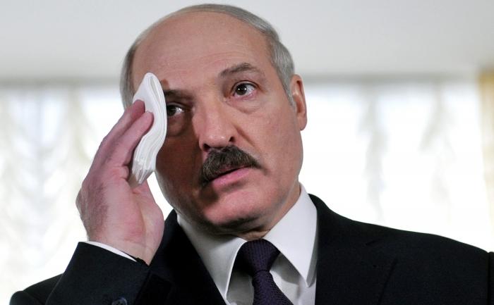 Alexander Lukașenko îşi şterge sudoarea în timp ce vorbeşte cu jurnaliştii, 19 decembrie 2010