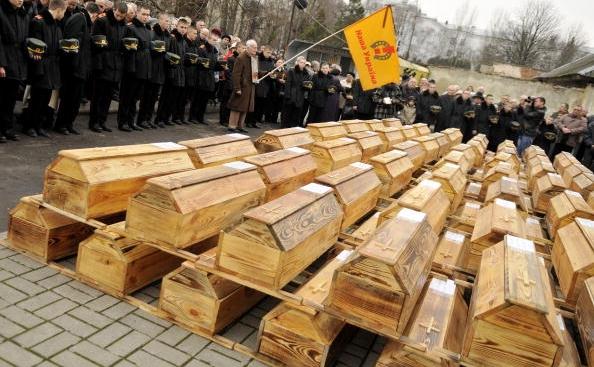 Inmormantarea unor soldati ucraineeni omorati de NKVD pe vremea lui Stalin. Corpurile acestora au fost descoperite intr-una dintre multele gropi comune care adapostesc milioanele de persoane macelarite de comunism