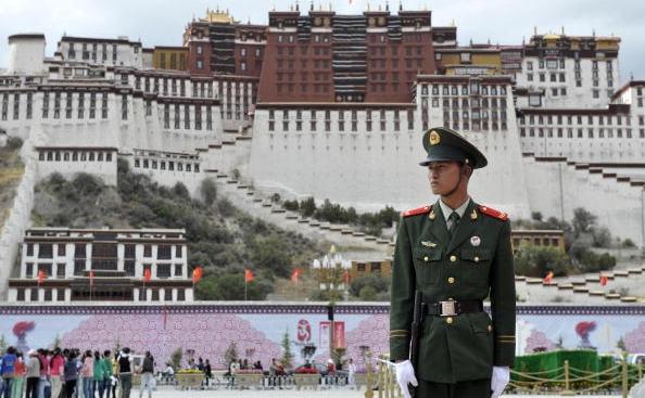 Poliţist chinez în faţa Palatului Potala din Lhasa, capitala Tibetului.