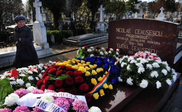 Mormantul fostului dictator comunist Nicolae Ceausescu, acoperit cu flori, in mod ironic, pe 10 decembrie 2010, de Ziua Internationala a Drepturilor Omului. Dupa zeci de ani de conducere aberanta de tip comunist, sute de mii de crime comise de regimul impus de Moscova si aproape un deceniu de infometare, intre anii 1980 si 1989, tot mai multi romani regreta fostul regim din Romania, pe fondul coruptiei si degringoladei post-decembriste, ajunsa la putere odata cu Ion Iliescu