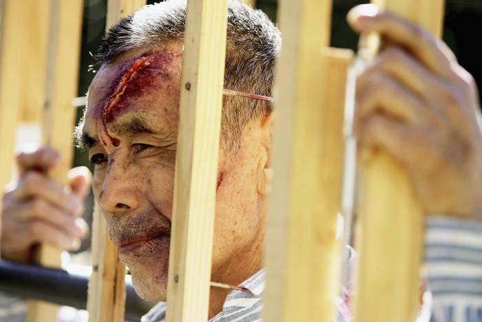 O punere în scenă a torturilor îndurate de practicanţii Falun Gong în puşcăriile regimului comunist chinez. Sydney, Australia