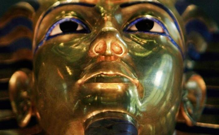 Regele Tut: o fotografie luata pe 20 octombrie 2009 arata masca mortuara din aur a Regelui Tutankamon la muzeul din Cairo. O statuie din galeriile Regelui Tutankamon a fost distrusa peste weekend de protestatarii care au sarit peste zidul muzeului.