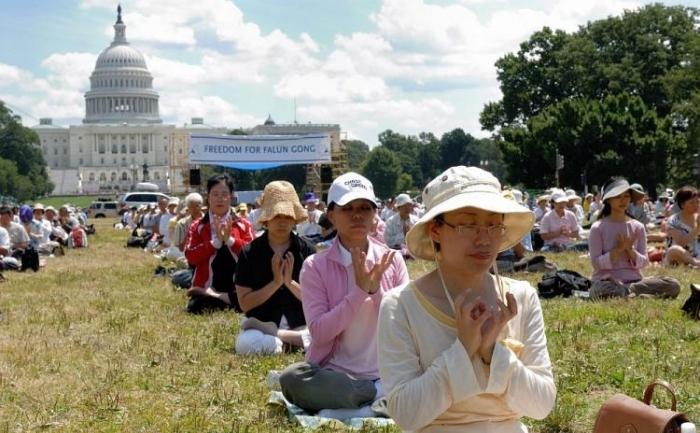 Aderenti Falun Gong meditand in fata capitoliului pe 19 iulie 2009.