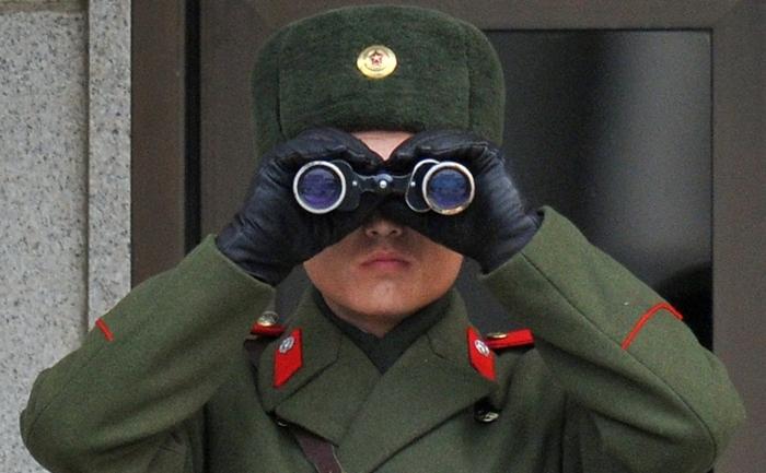 Criza alimentara din Coreea de Nord se inrautateste tot mai mult. In foto, un soldat nord coreean tinand sub observatie zona Panmunjom.