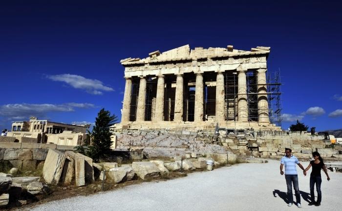Turişti vizitează Templul Partenon de pe Acropolele din Atena, Grecia.