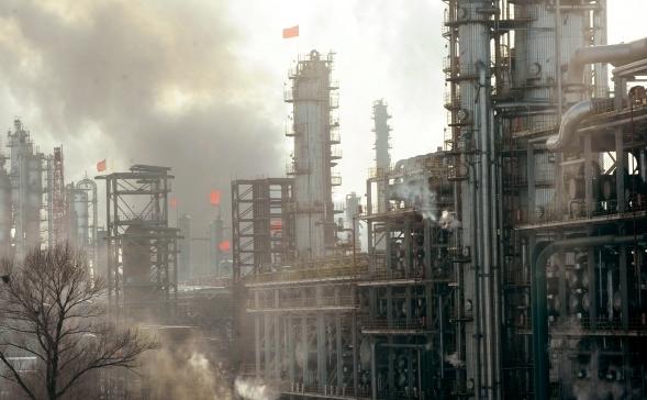 Poluarea in China a atins cote din ce in ce mai  alarmante in prezent. In foto, o rafinarie petroliera din Fushun, provincia nord-estica chineza Liaoning.