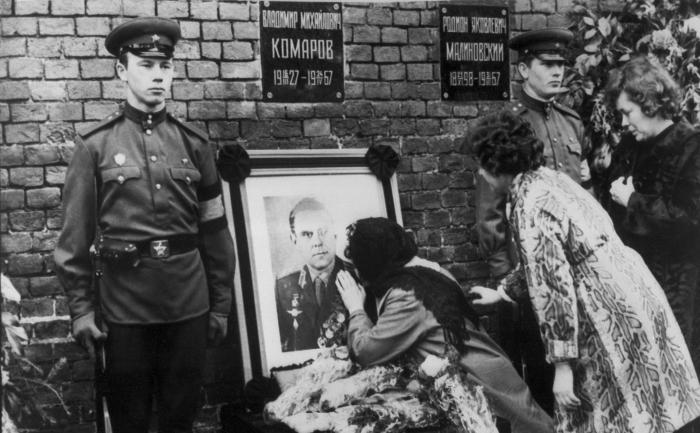 Valentina Komarov, vaduva cosmonautului soviet Vladimir Komarov, saruta fotografia sotului sau decedat pe 26 aprilie 1967.