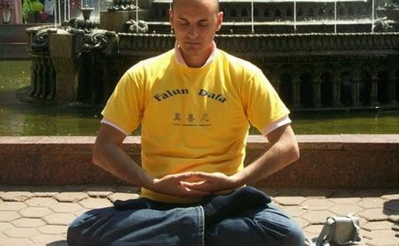 Practicant Falun Dafa meditand