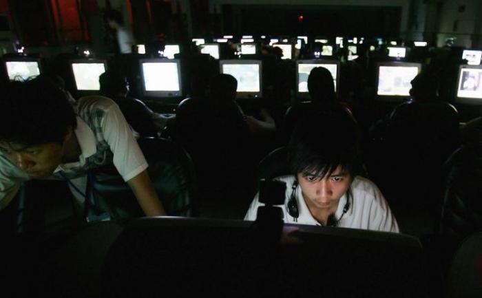 """Un tanar într-o cafenea cibernetica din Wuhan, China. Regimul chinez încurajeaza indivizii cunoscuti sub numele de """"patriot hackers"""" de a fura informatii de la guverne și companii."""