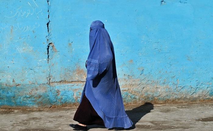 Femeie afgana purtand burqa.