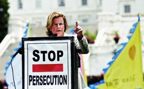 Rep Ileana Ros-Lehtinen (R-Fla.) vorbeşte la mitingul pentru comemorarea celei de-a opta aniversari de la începutul persecuţiei regimului comunist chinez împotriva Falun Gong