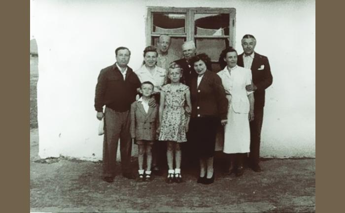 Familia Sarafolean şi familia Ureche în Bărăgan. Silviu Sarafolean e cel mai tânăr component al grupului.