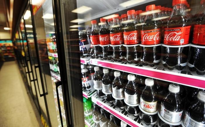 Sticle de Coca-Cola intr-o vitrina frigorifica.