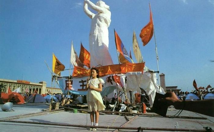 Centrul de comandă din Piaţa Tiananmen a invitat copiii să-şi petreacă ziua de 1 iunie 1989, Ziua Internaţionala a Copiilor, lângă Zeiţa Democraţiei.