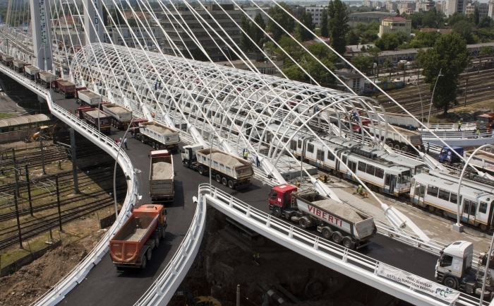 Podul de la pasajul Basarab din Capitală supus la ultimele teste de rezistenţă.