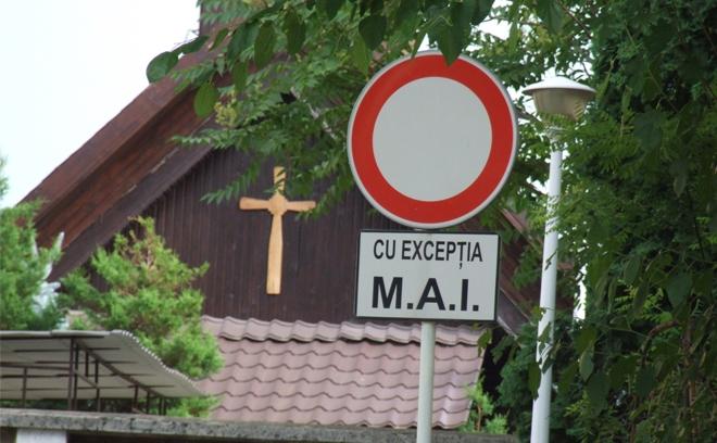 Parcare M.A.I. langa o biserica.