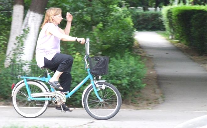 Doamna pe bicicleta.