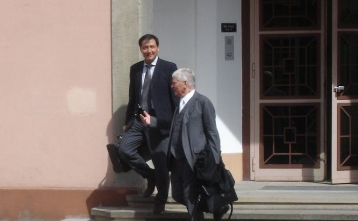 Condamnat: Spionul John Zhou şi avocatul său Otto Schily părăsesc tribunalul după ce Zhou a fost găsit vinovat, în Celle, Germania, pe 8 iunie