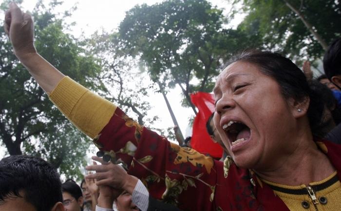"O femeie vietnameza striga ""Jos cu China"", în timpul unui protest anti-China organizat în Hanoi"